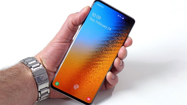 Galaxy S10 Plus display in hand